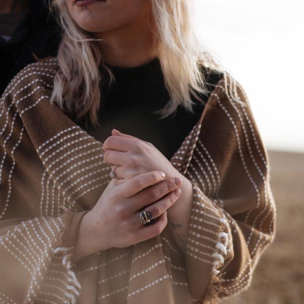 Sukienki sweterkowe – ciepło i modne. Idealny look na chłodne dni